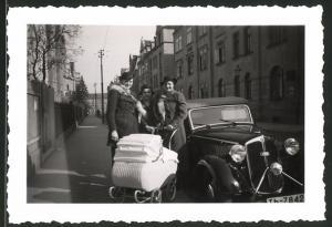 Fotografie Auto DKW Cabrio, Damen mit Kinderwagen neben dem PKW