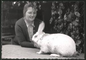 Fotografie Hausfrau mit Kaninchen, Zucht-Kaninchen