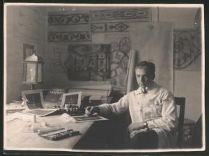 Fotografie Kunstmaler in seinem Atelier fertigt eine Zeichnung an