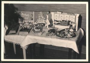 Fotografie Weihnachten, Gabentisch mit Spielzeug, Blechauto & Panzer, Kaufmannsladen, Malbuch u.a.