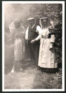 Fotografie Imkerei, Damen mit Imker-Schutzbekleidung