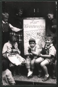 Fotografie Zur Kaninchenschau, Kinder mit Kaninchen auf dem Arm
