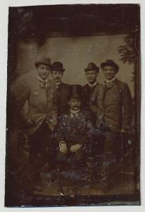 Fotografie Ferrotypie Edelmänner mit Hut wohl gekleidet in geselliger Runde