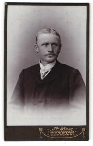 Fotografie Fr. Rose, Wernigerode, Portrait junger Herr in Anzug mit Krawatte