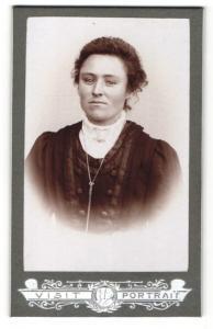Fotografie Franz Sternath, München, Portrait junge Frau mit zusammengebundenem Haar