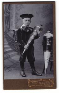 Fotografie Otto Martin, Dresden-Löbtau, Portrait frecher Bube mit Zuckertüte und Schultasche