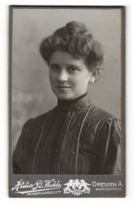 Fotografie B. Wehle, Dresden-A., Portrait bildhübsches Fräulein mit Dutt