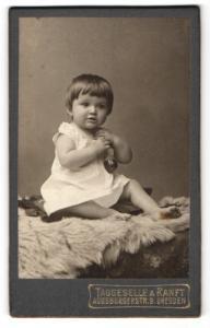 Fotografie Taggeselle & Ranft, Dresden, Portrait bezauberndes kleines Mädchen mit Spielzeug