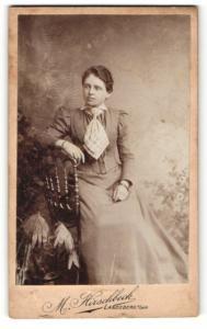 Fotografie M. Hirschbeck, Landsberg a. Lech, Portrait dunkelhaarige junge Schönheit mit Halstuch