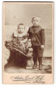 Fotografie Carl Wolf, Harburg, Portrait bezauberndes Kinderpaar in niedlicher Kleidung