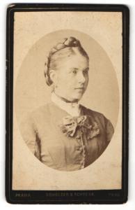 Fotografie Obholzer & Schrenk, Prag, Portrait junge Dame mit Flechtfrisur u. Ohrringen