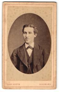 Fotografie Gebr. Martin, Augsburg, Portrait charmanter Herr im Anzug mit Fliege