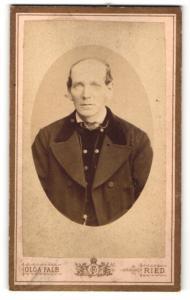 Fotografie Olga Falb, Ried, Portrait Herr mit Halbglatze in zeitgenössischer Kleidung
