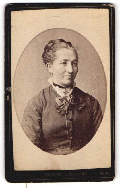 Fotografie Obholzer & Schrenk, Prag, Portrait lächelnde Dame mit Hochsteckfrisur u. Kreuzkette 0