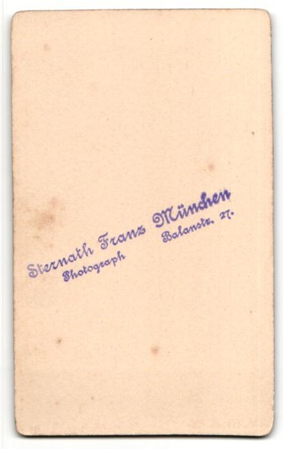 Fotografie Franz Sternath, München, Portrait Herr im Anzug mit Hut, Stock u. Mantel unterm Arm 1