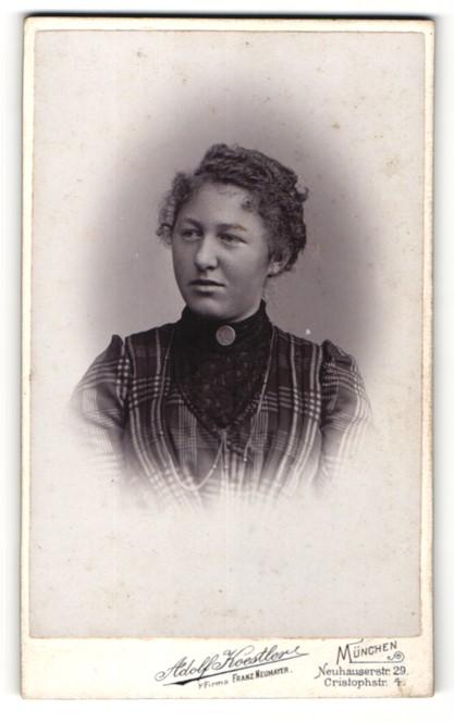Fotografie Adolf Koestler, München, Portrait junge Dame im modischen Kleid mit Kragenbrosche 0