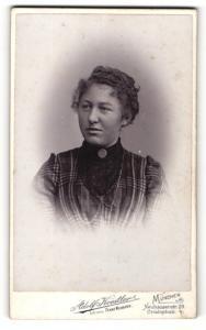 Fotografie Adolf Koestler, München, Portrait junge Dame im modischen Kleid mit Kragenbrosche