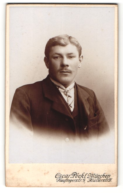 Fotografie Oscar Pöckl, München, Portrait Herr mit Zwirbelbart u. Krawatte im Anzug 0