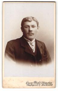 Fotografie Oscar Pöckl, München, Portrait Herr mit Zwirbelbart u. Krawatte im Anzug