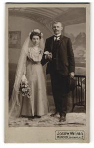 Fotografie Joseph Werner, München, Portrait bürgerliches Paar in hübscher Hochzeitskleidung mit Schleier u. Blumenstrauss