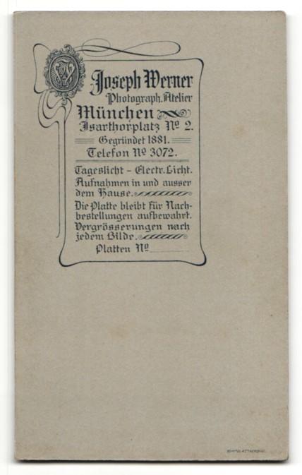 Fotografie Joseph Werner, München, Portrait bürgerliches Paar in hübscher Hochzeitskleidung mit Schleier u. Blumenstrauss 1