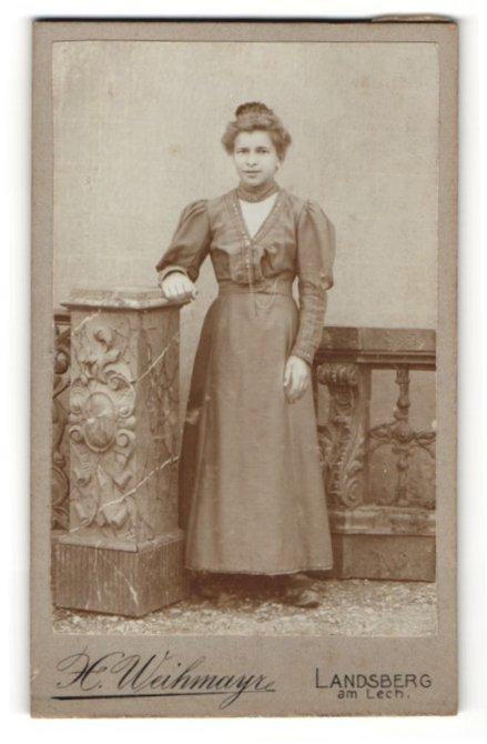 Fotografie H. Weihmayr, Landsberg am Lech, Portrait junge Dame im eleganten Kleid an Sockel gelehnt 0