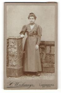 Fotografie H. Weihmayr, Landsberg am Lech, Portrait junge Dame im eleganten Kleid an Sockel gelehnt