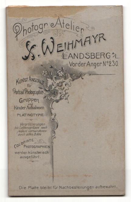 Fotografie H. Weihmayr, Landsberg am Lech, Portrait junge Dame im eleganten Kleid an Sockel gelehnt 1