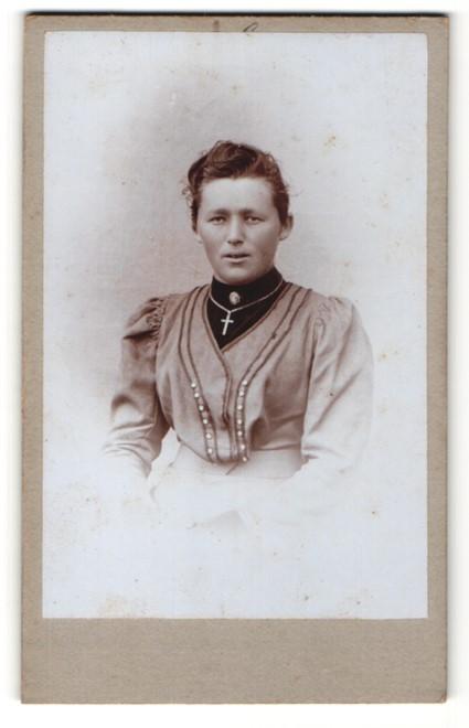 Fotografie X. Weihmayr, Landsberg a / L, Portrait junge Dame im eleganten Kleid mit Kreuzkette 0