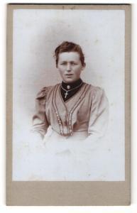 Fotografie X. Weihmayr, Landsberg a / L, Portrait junge Dame im eleganten Kleid mit Kreuzkette