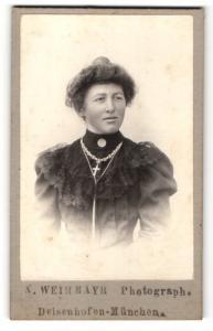 Fotografie X. Weihmayr, Deisenhofen-München, Portrait junge Dame mit Hochsteckfrisur u. Kreuzkette