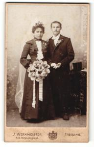 Fotografie J. Werkmeister, Freising, Portrait bürgerliches Paar in hübscher Hochzeitskleidung mit Schleier u. Blumen