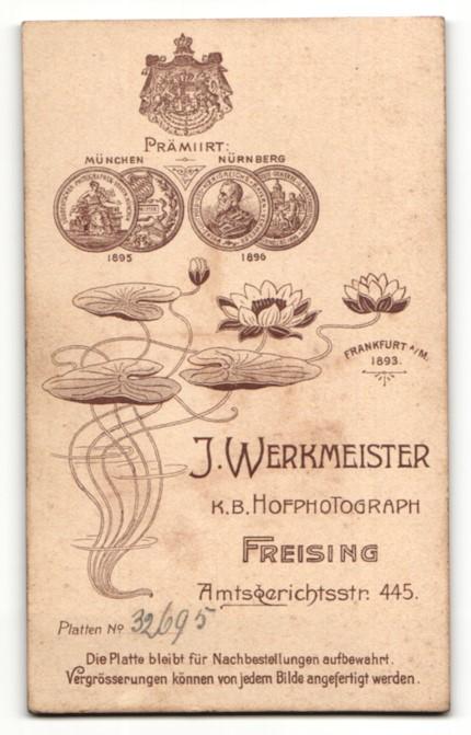 Fotografie J. Werkmeister, Freising, Portrait bürgerliches Paar in hübscher Hochzeitskleidung mit Schleier u. Blumen 1