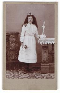 Fotografie X. Weihmayr, Landsberg a / L., Portrait Kommunikantin mit Gebetsbuch u. Kerze