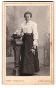 Fotografie Josef Woersching, Starnberg, Portrait Dame in hübscher Bluse u. Rock mit Blumen an Sockel gelehnt