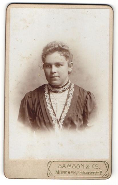 Fotografie Samson & Co, München, Portrait junge Dame im eleganten Kleid mit Ohrringen 0