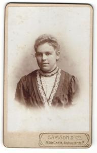 Fotografie Samson & Co, München, Portrait junge Dame im eleganten Kleid mit Ohrringen