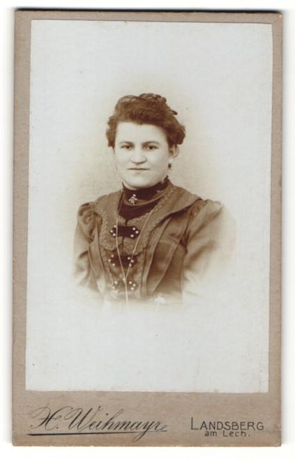 Fotografie H. Weihmayr, Landsberg am Lech, Portrait lächelnde Dame mit Ohrringen u. Kragenbrosche 0