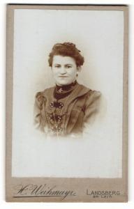 Fotografie H. Weihmayr, Landsberg am Lech, Portrait lächelnde Dame mit Ohrringen u. Kragenbrosche