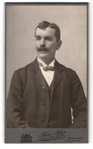 Fotografie Hans Hipp, München, Portrait bürgerlicher Herr mit Schnauzbart u. Fliege im Anzug