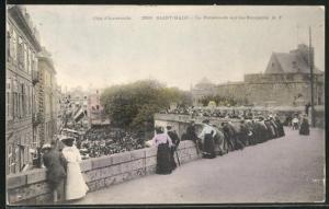 AK Saint-Malo, La Promenade sur lels Remparts