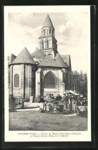 AK Poitiers, Chevet de l'Eglise Notre-Dame-la-Grande et Facade laterale Nord, sur le Marche