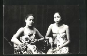 AK Malaysia, Frauen in Kleidern