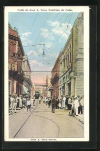 AK Santiago de Cuba, Calle de Jose A. mit Passanten und Strassenbahn