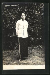AK Malaysia, a Malay Girl am Busch stehend