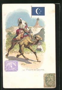 AK Egypte, La Poste, Briefträger reitet auf einem Dromedar, Briefmarke und Flagge