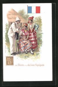 AK La Guyane Francaise, La Poste, Briefträger bei zwei Frauen, Briefmarke und Flagge