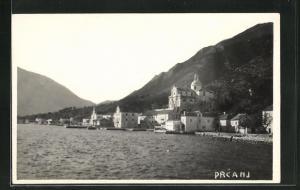AK Prcanj, Teilansicht vom Wasser aus auf Häuser, Kirche und Umgebung