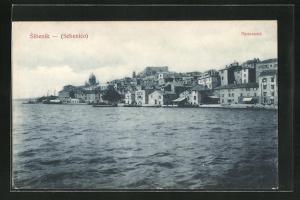 AK Sibenik, Ortsansicht vom Meer auf Häuser, Schiffe und Kathedrale