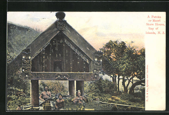 AK Bay of Islands, Patuka or Maori Store House, bewaffnete Maori vor traditionellem Haus 0
